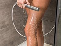 脚をシャワーで冷やす写真