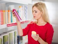 化粧品を選ぶ写真