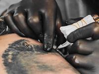 タトゥーを入れる画像