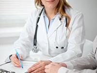 女性医師のカウンセリング写真