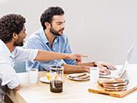 パソコンしながら食べる画像