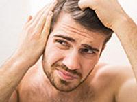 髪の毛を触る画像