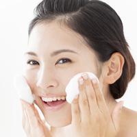 洗顔をする画像
