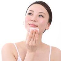 化粧水パックをする女性の画像