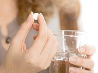薬を飲む画像