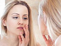 肌トラブルに悩む女性の画像