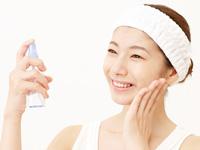 化粧水を使う女性の画像