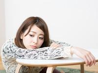 ストレスをかかえる女性の写真