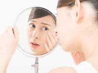 肌に悩む女性の画像