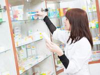 薬剤師が薬を処方する画像