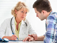 女性医師によるカウンセリングの写真