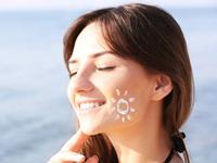 日焼けする女性の画像