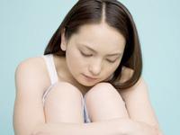 ストレスや悩みをもつ女性の画像