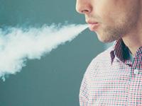 たばこを吸う画像