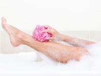 脚を洗う画像
